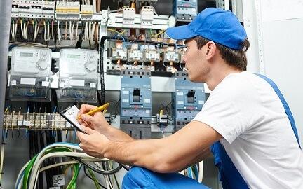 technicien devant un compteur pour coupures