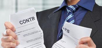 Droit rétractation Direct Energie : personne en train de déchirer un contrat