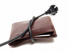 portefeuille serré avec un câble électrique