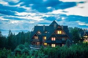 Maison en bois dans la forêt